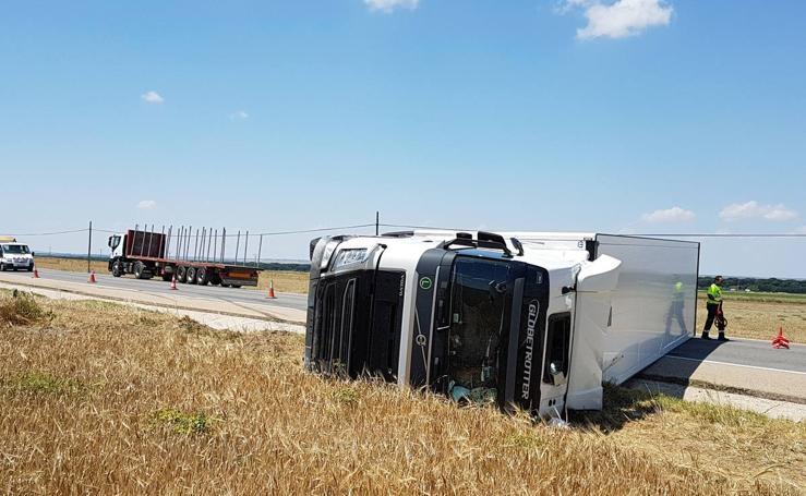 Vuelca un camión articulado en la carretera N-601 a su paso por Mojados