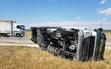 El vuelco de un camión obliga a cortar la N-601 en Mojados (Valladolid) y deja dos heridos