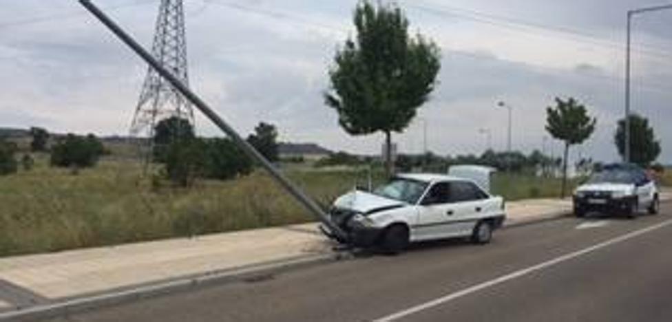 Un conductor pierde el control y derriba una señal de tráfico y una farola en Arroyo