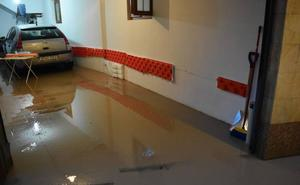 Calles y garajes inundados en Aguilar por una tormenta de agua y granizo