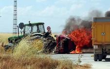 Arden un tractor y un turismo en una colisión que ha dejado un herido