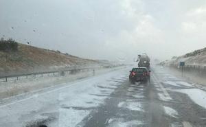 Una tromba de granizo dificulta el tráfico en la A-67, a la altura de Herrera