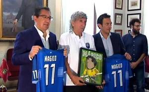 Gran recibimiento al futbolista Mágico González en su regreso a Cádiz