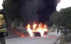 Espectacular incendio de un vehículo en Pedrajas