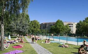 Ganemos denuncia que la empresa de las piscinas cobra igual pese a mantener una instalación menos este verano