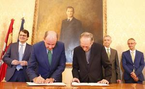 Fundación Iberdrola pone «en valor» el interior de la Catedral de y la Capilla del Fonseca con su iluminación