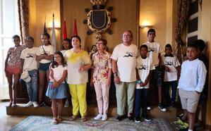 El Ayuntamiento recibe a los niños saharauis del programa Vacaciones en Paz