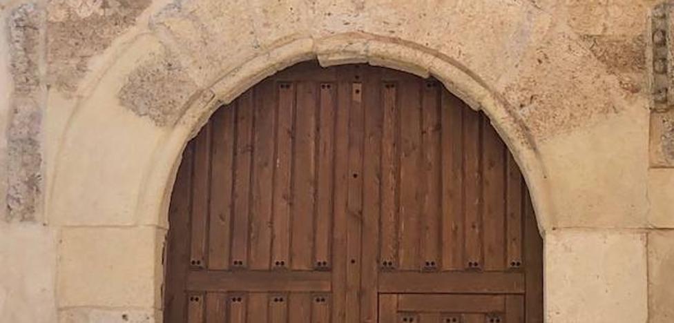 La iglesia de San Miguel de Villalón luce ya una puerta de madera que sustituye a la de metal