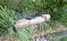 Se desprende una piedra de la iglesia de Barrio de Santa María