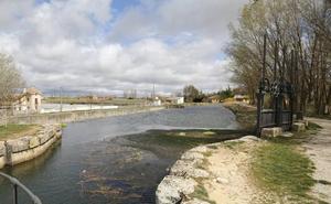 Los visitantes del Canal de Castilla pueden obtener la credencial de 'canalero'