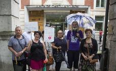 Afectados de iDental se concentran a las puertas de la Consejería de Sanidad