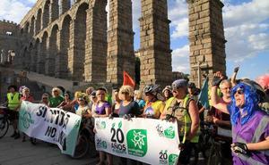 El pelotón ecologista pedalea contra «la estación fantasma» de Segovia