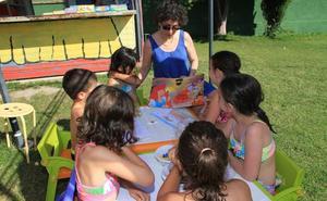 El pasaporte de lectura logra enganchar a los niños en los parques y en la piscina