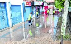 El aguacero anega la calle Eras de Valladolid otra vez, y ya van siete desde junio