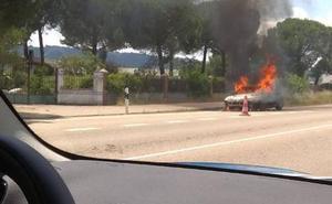 Arde un coche en la N 122 a la altura de Traspinedo