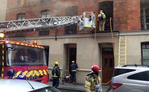 Los bomberos intervienen tras la explosión de dos baterías en un piso de la calle Independencia de Valladolid