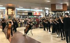 La Joven Orquesta de Castilla y León ofrece un pequeño concierto en la estación de Chamartín (Madrid)