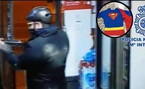 Detenido por atracar en dos tiendas armado y disfrazado de superman
