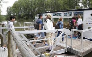 Un teatro flotante en el Canal de Castilla