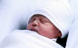 Los bebés menores de un año que viajen a la Unión Europea deben vacunarse de sarampión por un brote