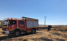 La caída de un cable origina un fuego que arrasa con 400 metros de cultivo en Fuensaldaña