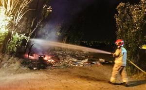 Los bomberos sofocan un nuevo incendio en el vertedero de La Florida de Valladolid