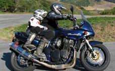 Denunciado por circular en moto por Valladolid con sus hijos entre el manillar y el asiento del conductor y sin casco