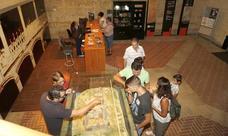 Numerosas personas visitan el castillo de los Sarmiento