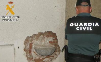 Detienen a dos varones por el robo de una pila de agua bendita en Venta de Baños