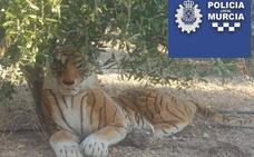 Un tigre de peluche moviliza a la Policía de Murcia