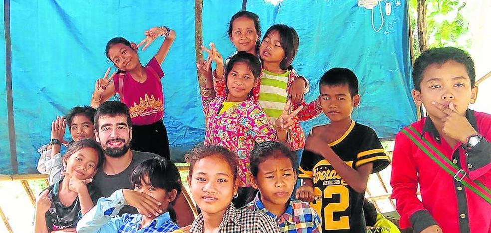 Enseñanza y juegos en Camboya de la mano de dos vallisoletanos
