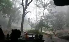 Una familia se cobija debajo de unas rocas para protegerse del tornado que se les venía encima