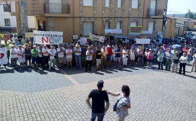 Más de 300 personas se concentran contra las macrogranjas de porcino en Zamora