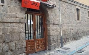 Un pirómano quema dos contenedores y el toldo de un bar en Segovia