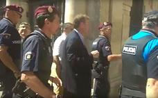 Trabajadores de Vestas y de la ayuda a domicilio cargan contra el alcalde y obligan a intervenir a la Policía
