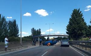 Herido un joven de 22 años tras volcar su turismo en la Ronda Este de Valladolid