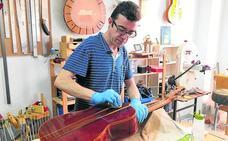 El ingeniero que aprendió a fabricar guitarras