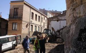 El derribo de dos inmuebles de la calle Mesones libera otros 25 metros de la muralla