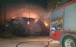 Un incendio en el antiguo zoo de Matapozuelos permanece activo, pero controlado