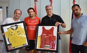 David Alejandro entrega una camiseta al Ayuntamiento de Guijuelo por su apoyo en la última decada