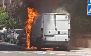 Arde una furgoneta en la calle Domingo Martínez de Valladolid por segunda vez en una semana