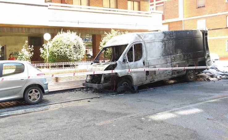 Arde una furgoneta en la calle Domingo Martínez de Valladolid