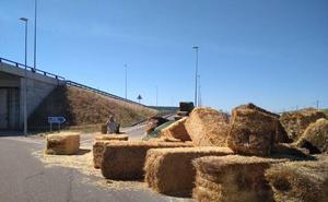 La Policía de Valladolid pide precaución al circular por la VA-30 por la caída de la carga de un camión