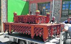 El trono de la cofradía del Santo Cristo del Mercado pasa por talleres