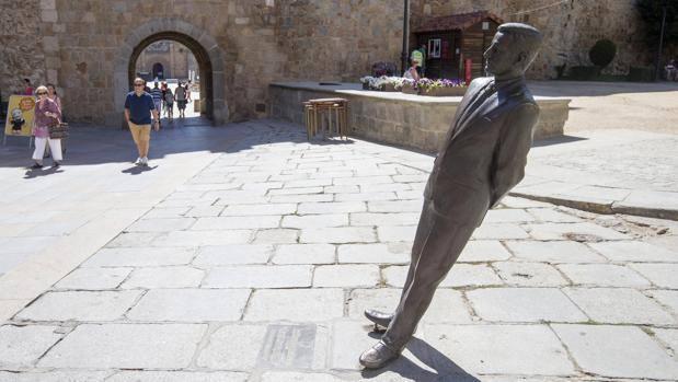 Un conductor derriba la estatua de Adolfo Suárez en Ávila