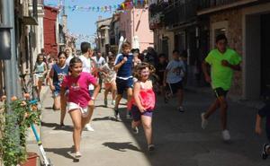 Los encierros infantiles con los carretones no son sólo cosa de niños en El Maíllo