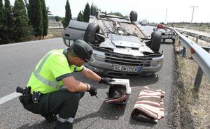 Dos ancianos portugueses, heridos tras volcar su coche en Dueñas