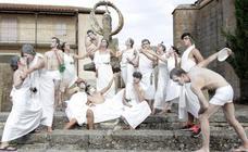 Original desfile de peñas en las fiestas de Monleras