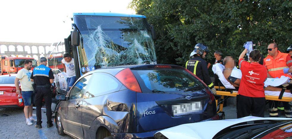 Un autobús urbano embiste a nueve coches aparcados en Vía Roma