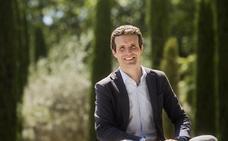 Pablo Casado desconecta en Almería